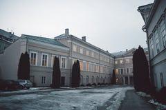 Construção clássica velha na cidade velha de Vilnius imagem de stock