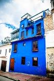 Construção colonial azul em Bogotá Colômbia foto de stock royalty free