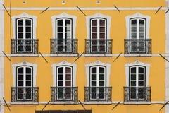 Construção com fachada amarela Imagem de Stock