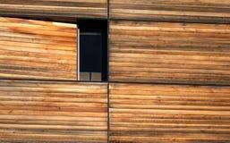 Construção com a fachada de madeira resistida foto de stock royalty free