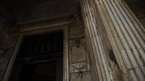 Construção com muitas colunas estoque Edifício velho com colunas Férias do turista em Europa video estoque