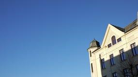 Construção com o céu azul em Bergen, Noruega foto de stock