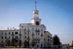 A construção com o pulso de disparo da cidade na cidade de Zheleznogorsk Foto de Stock Royalty Free