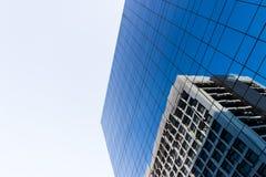 Construção com os espelhos azuis decorados Fotos de Stock Royalty Free