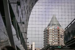 Construção com reflexão nas janelas da construção fotografia de stock royalty free