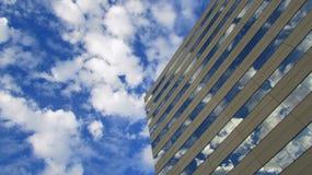 Construção com reflexões das nuvens Foto de Stock Royalty Free