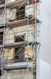 Construção com um andaime Fotos de Stock Royalty Free