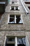 Construção com Windows quebrado fotografia de stock royalty free