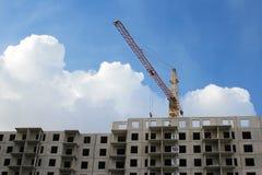 Construção concreta com levantamento do guindaste fotos de stock