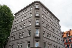 Construção contemporânea em ruas velhas de Riga, Letónia, o 25 de julho 2018 fotografia de stock royalty free