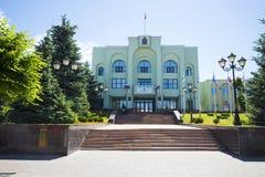 A construção da administração da cidade do Samara, Rússia Nas bandeiras da construção de Rússia Fotografia de Stock Royalty Free
