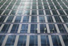 Construção da arquitetura com teste padrão das janelas da reflexão Imagens de Stock