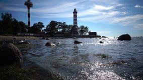 A construção da baliza velha no litoral na perspectiva do céu com brilhantemente consagrar o sol sunshine video estoque