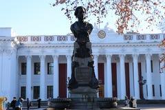 Construção da câmara municipal de Odessa com o monumento a Alexander Pushkin imagens de stock