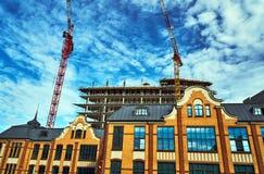 Construção da casa de impressão e da construção velhas de um arranha-céus moderno Foto de Stock