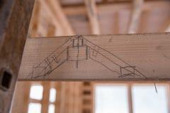 Construção da casa de madeira do quadro Tiragem à mão em uma placa de madeira no fundo da construção Fotos de Stock Royalty Free
