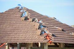 Construção da casa do telhado com lotes da telha Fotografia de Stock Royalty Free