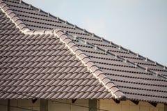 Construção da casa do telhado com lotes da telha Imagens de Stock