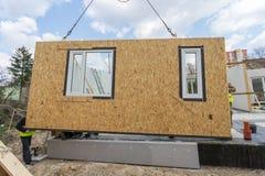 Construção da casa modular nova e moderna foto de stock