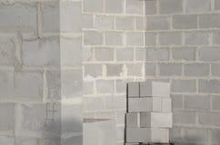 A construção da casa nova, fundação de construção mura usando blocos de cimento, espaço da cópia Fotografia de Stock