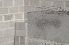 A construção da casa nova, fundação de construção mura usando blocos de cimento, espaço da cópia Foto de Stock