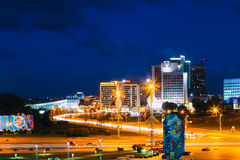 Construção da cena do panorama da noite em Minsk, Bielorrússia foto de stock