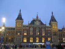 A construção da central de Amsterdão, Países Baixos fotografia de stock