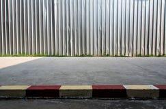 A construção da cerca do metal do canteiro de obras ao lado do footpa da rua fotografia de stock royalty free