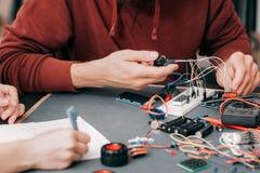Construção da eletrônica no laboratório imagem de stock