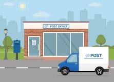 Construção da estação de correios, caminhão de entrega e caixa postal no fundo da cidade Fotografia de Stock