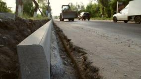 A construção da estrada e a instalação dos freios video estoque