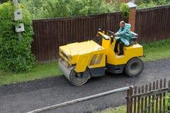 Construção da estrada na vila suburbana Fotos de Stock Royalty Free