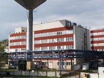 Construção da fábrica com reservas de água, indústria química Luz do dia, céu nebuloso Fotos de Stock