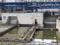 Construção da fábrica com reservas de água, indústria química Luz do dia, céu nebuloso Foto de Stock Royalty Free