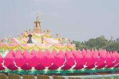 Construção da flor de Krathong grande no templo Chachoengsao Tailândia Imagem de Stock