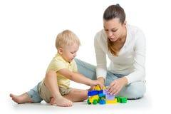 Construção da mãe e da criança fora dos blocos plásticos coloridos Família e conceito da infância imagem de stock royalty free