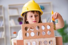 A construção da moça com tijolos da construção imagens de stock