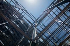 Construção da construção no fundo do céu fotografia de stock royalty free