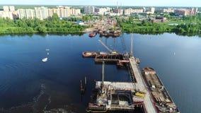 Construção da ponte através do Rio Volga video estoque