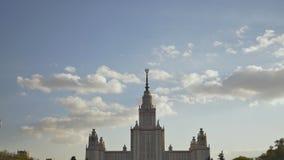 A construção da universidade estadual de Moscou Tiro no verão da noite no por do sol contra um fundo de um colorido filme