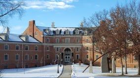 Construção da universidade no inverno imagem de stock