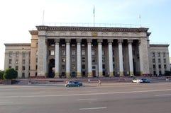 A construção da universidade técnica Cazaque-britânica na cidade de Almaty Fotos de Stock Royalty Free
