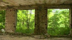 Construção danificada assustador do exército de URSS sem janelas e portas na natureza filme
