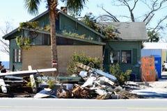 Construção danificada furacão sem o sinal infrinjindo