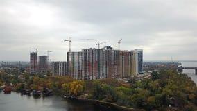 Construção das casas em Kiev perto do rio de Dnieper filme