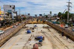 Construção das estradas para melhorar o curso e a escavação acima do porão em Pattaya em Tailândia em 2016 Imagens de Stock