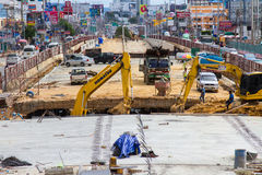 Construção das estradas para melhorar o curso e a escavação acima do porão em Pattaya em Tailândia em 2016 Imagem de Stock Royalty Free