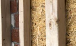 Construção das paredes de madeira do quadro de um local novo da casa de campo Un Imagem de Stock