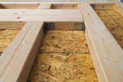 Construção das paredes de madeira do quadro de um local novo da casa de campo Un Fotos de Stock