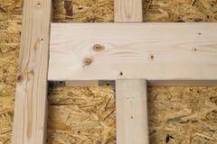 Construção das paredes de madeira do quadro de um local novo da casa de campo Un Foto de Stock